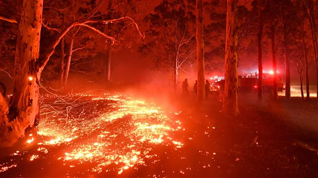 4,000 trapped on Australian beach as wildfires approach