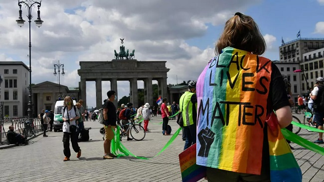 Bundes: Berliners form socially-distanced human chain against racism