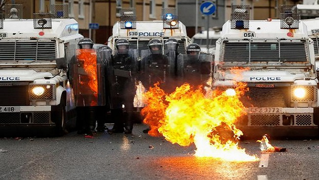Northern Ireland: Riots flare again despite calls for calm